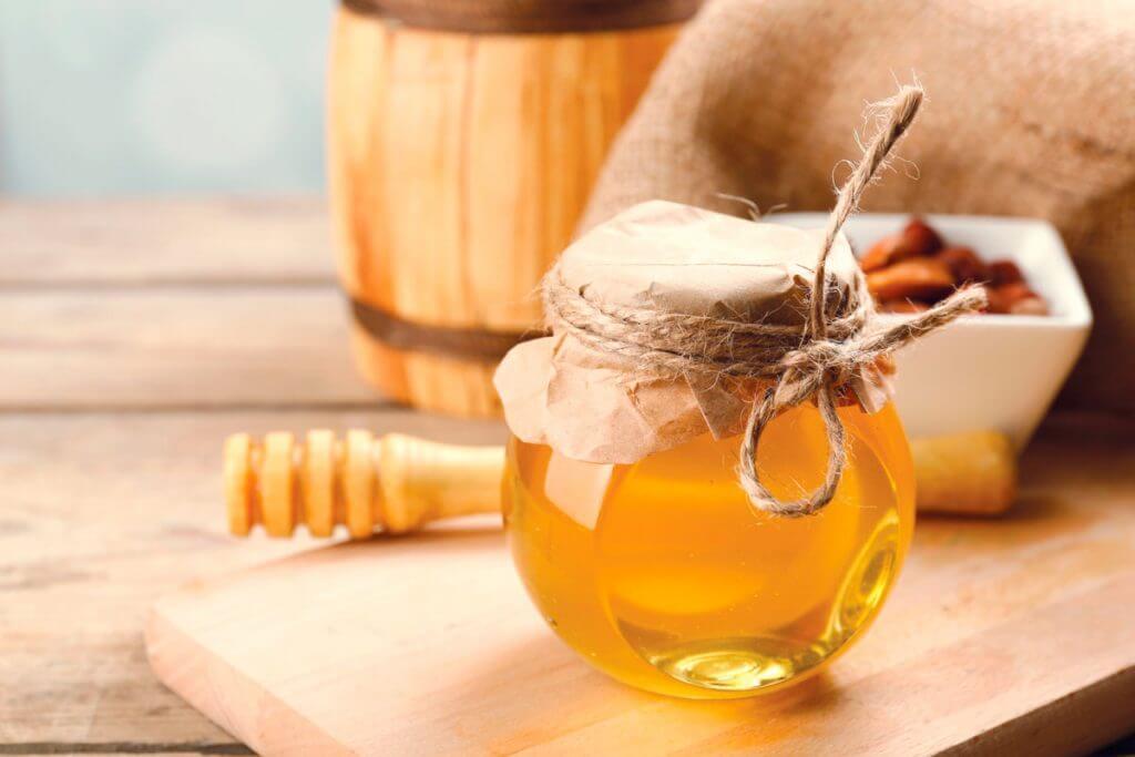 Мед не засахаривается: почему так происходит, должен или нет