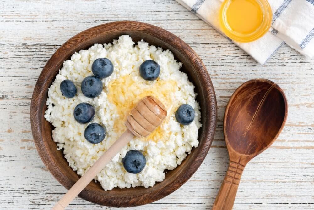 Творог с медом: можно ли есть, рецепты, польза и вред